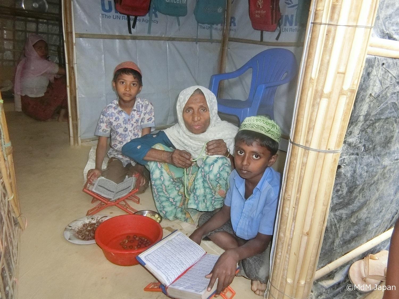 Familie in ihrer Hütte aus Plastikfolien