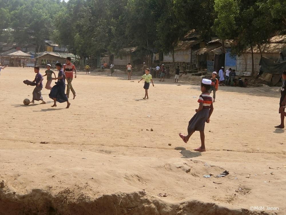 Schulkinder beim Fußballspielen