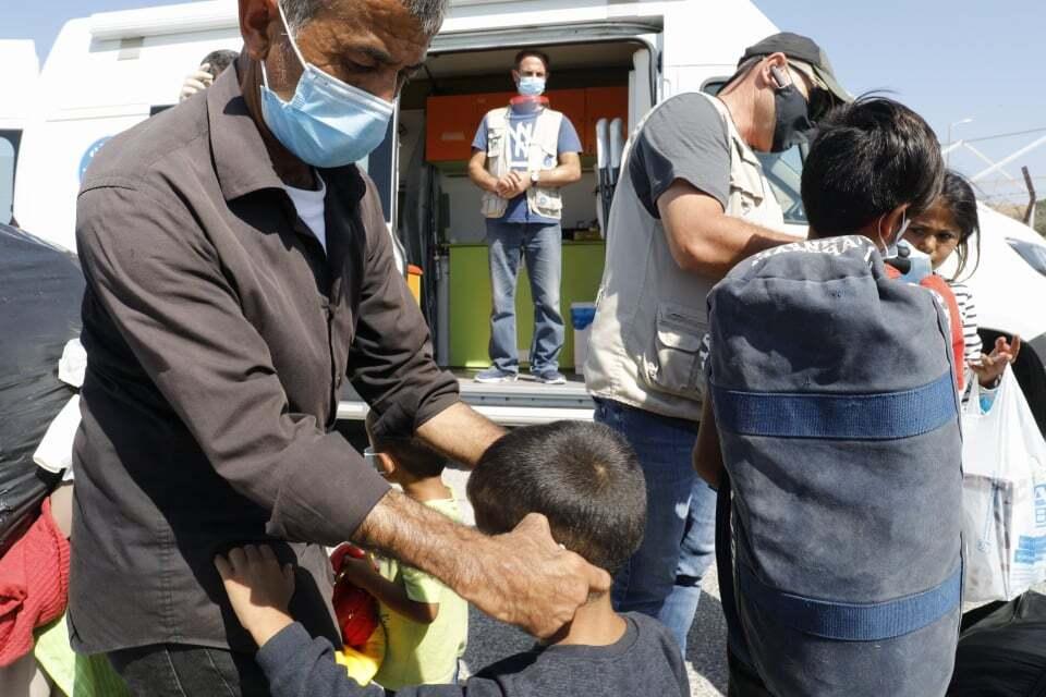 Ein Mitarbeiter von Ärzte der Welt untersucht ein Kind.Foto: Yiannis Yiannakopoulos
