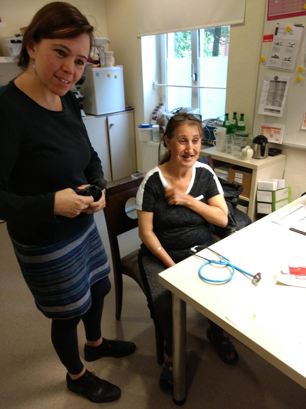Sarah Galastri und ihre Patientin freuen sich über die guten Werte