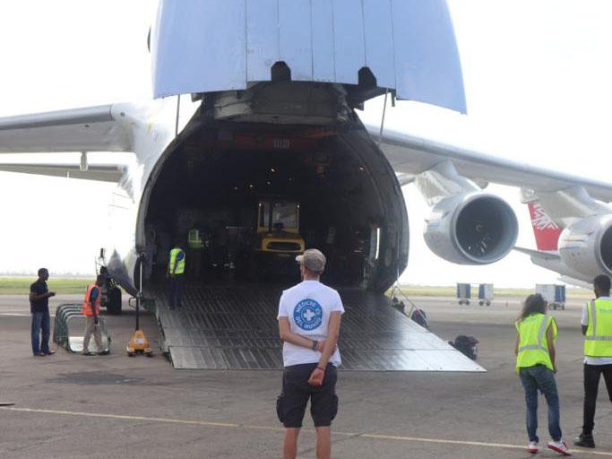 Hilfsmaterial wird in Beira ausgeladen