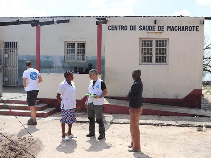 Ärzte der Welt-Mitarbeiter besprechen die Lage mit dem Personal vom Gesundheitszentrum in Macharote. Foto: Ärzte der Welt