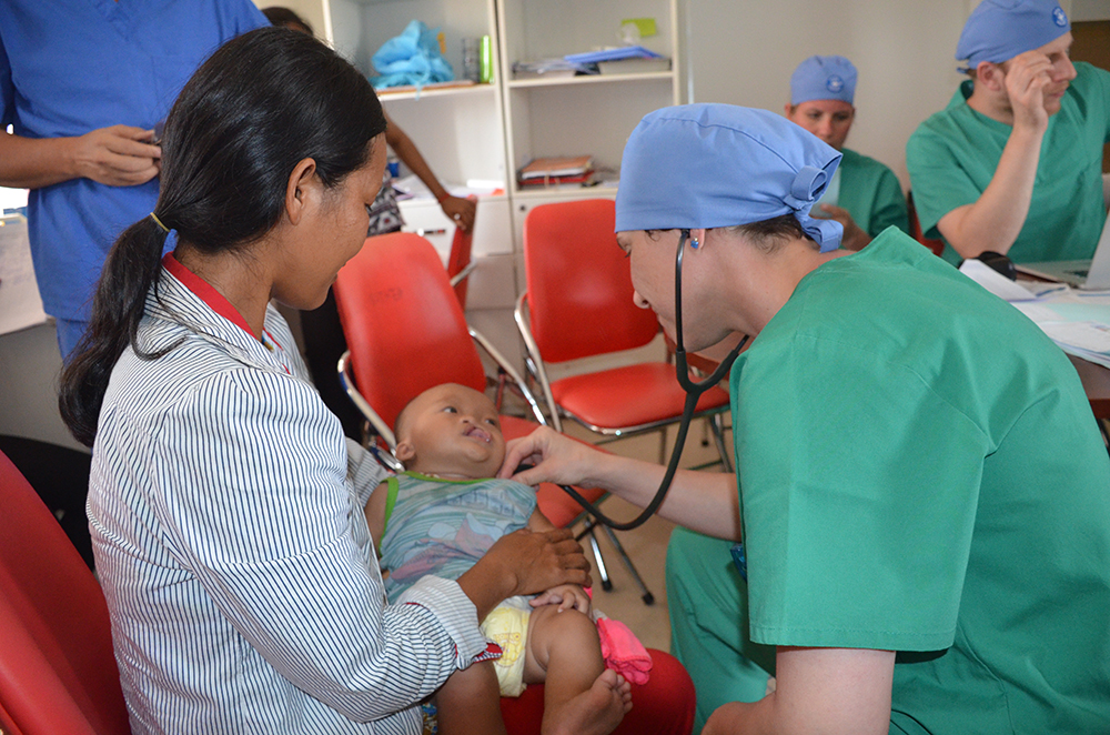 Eine Anästhesistin untersucht das Kind