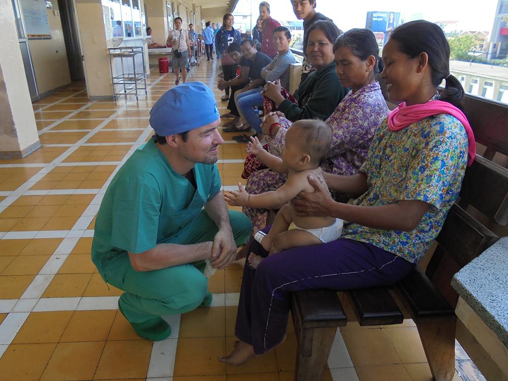 Der Tag danach: Ein glückliches Baby, eine glückliche Oma und ein glücklicher Chirurg.