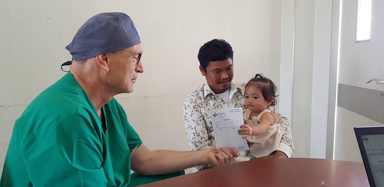 Arzt mit junger Patientin. Foto: Ärzte der Welt