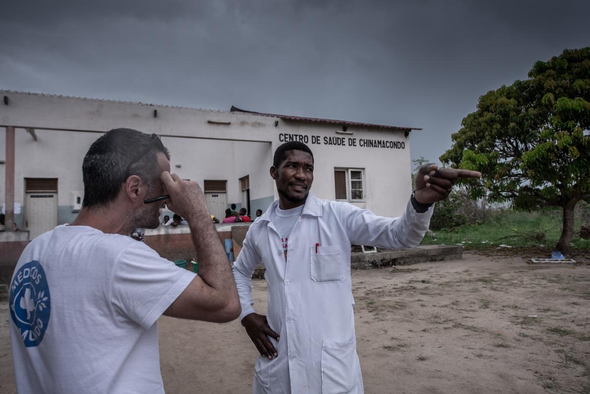 Der Krankenpfleger Wilson T. bespricht die Lage im Gesundheitszentrum von Chinamocondo mit dem Logistik-Experten von Ärzte der Welt. Foto: Czuko Williams
