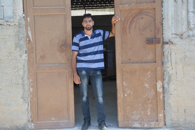 Brussly Dakheel Eid verdient seinen Lebensunterhalt mit der Herstellung von Pappbechern. Radikale Siedler hatten ihn 2011 angeschossen, seitdem kann er nicht mehr als Polizist arbeiten.