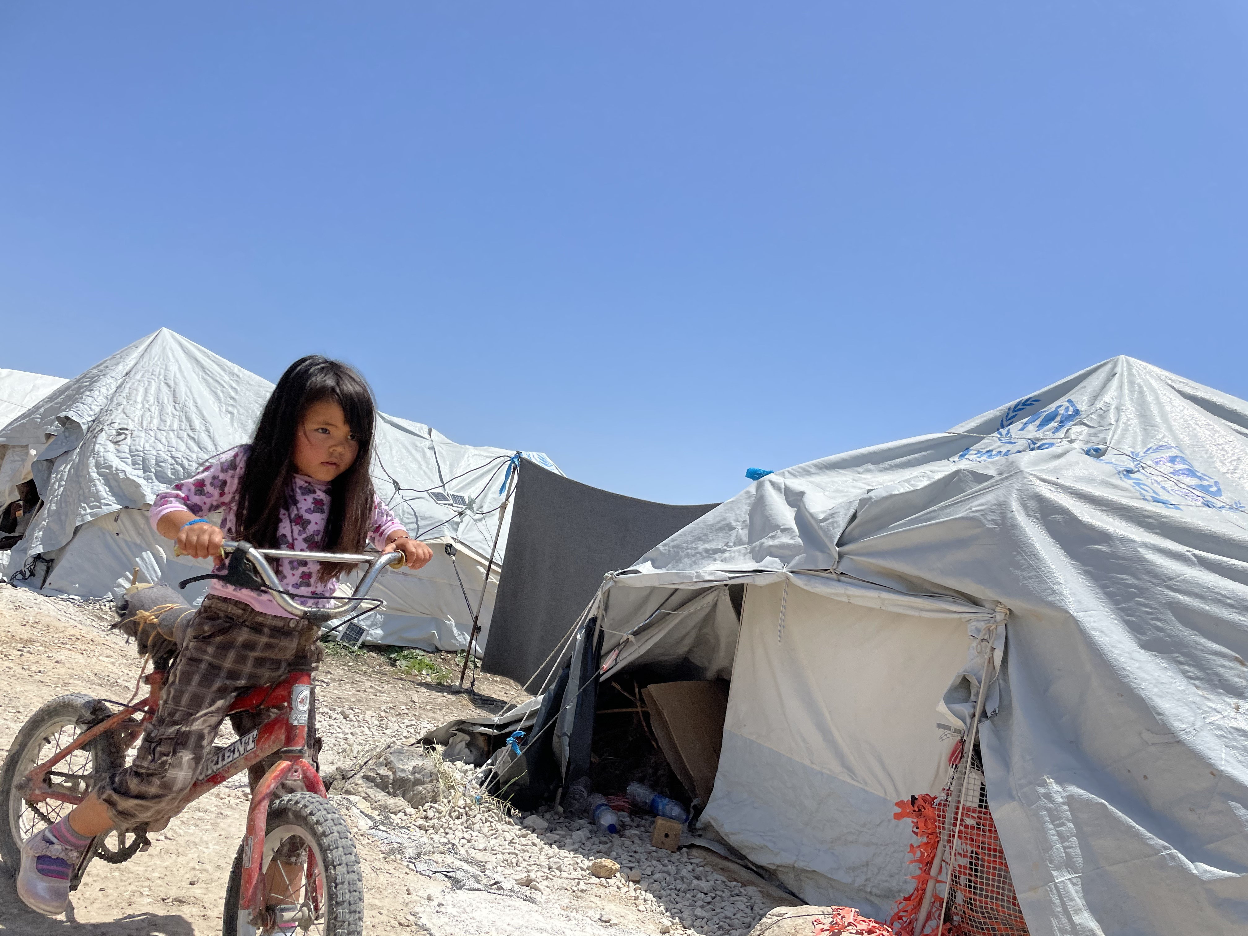Die Zelte im Camp bieten kaum Schutz vor Wind und Wetter. Foto: Chris Schmid