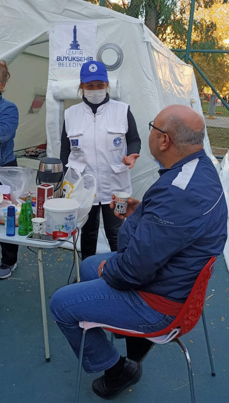Ein Ärzte der Welt-Mitarbeiterin versorgt einen Patienten in der mobilen Versorgungsstation in Izmir. Foto: DDD / Ärzte der Welt Türkei