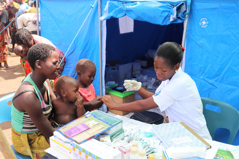 Eine Mitarbeiterin von Ärzte der Welt gibt Medikamente aus. Foto: Paulo Silva
