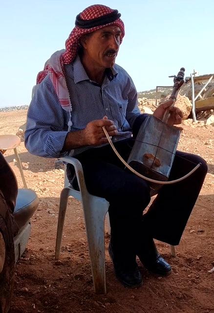 Bereits dreimal haben israelische Bulldozer die Zelte des Beduinen Faisal Daraghmeh niedergewalzt. Am jetzigen Wohnort leidet die Familie unter dem israelische Militär, das hier regelmäßig Übungen durchführt.