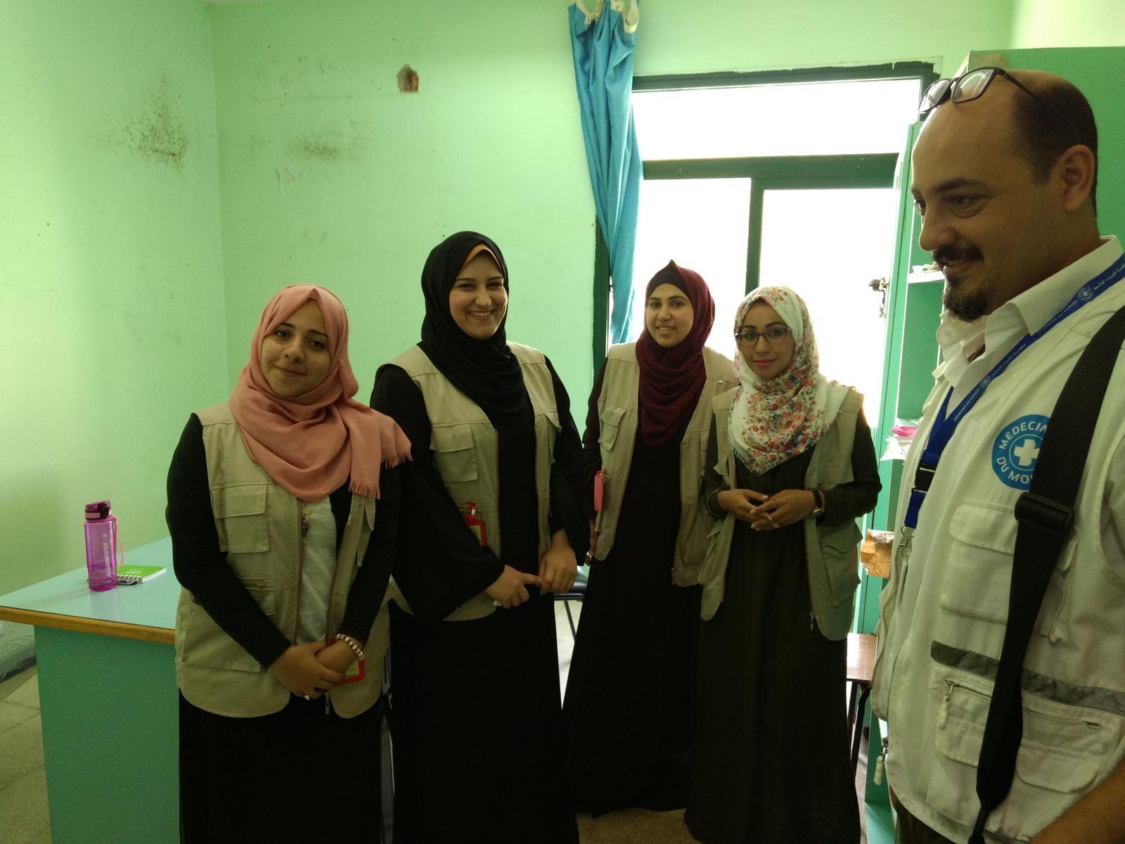 Freiwillige Mitarbeiterinnen von Ärzte der Welt bieten in der Notaufnahme des Al-Aqsa-Krankenhauses psychosoziale Unterstützung an.