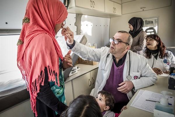 Arzt untersucht Frau im Bekaa-Tal, Libanon. Foto: Ärzte der Welt