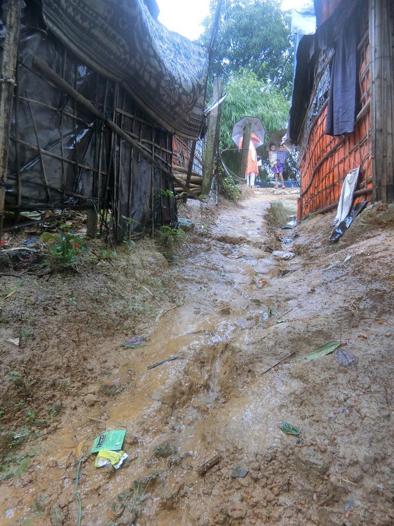 Der Regen verwandelt steile Wege in Rutschbahnen. Foto: Ärzte der Welt