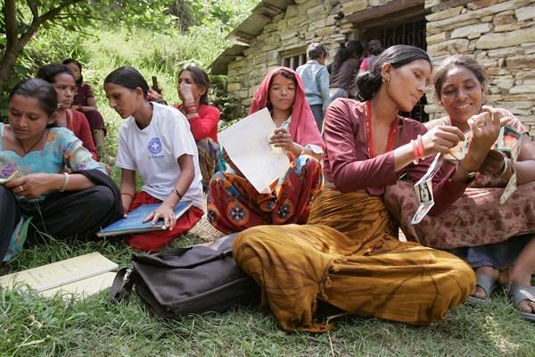 Team mit Frauengruppe in Sindhupalchock, Nepal. Foto: Ärzte der Welt