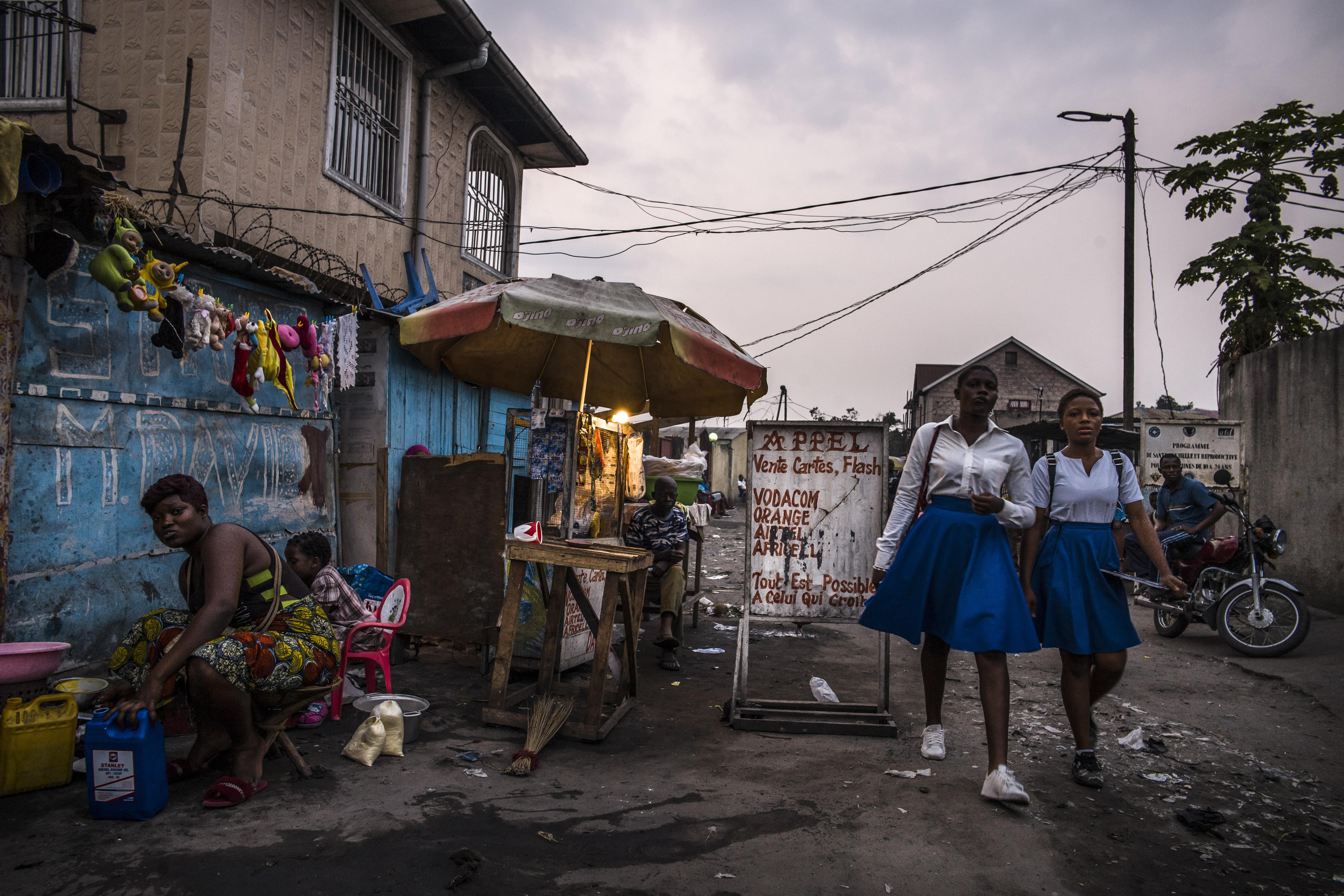Straßenszene in Kinshasa. Foto: Olivier Papegenies