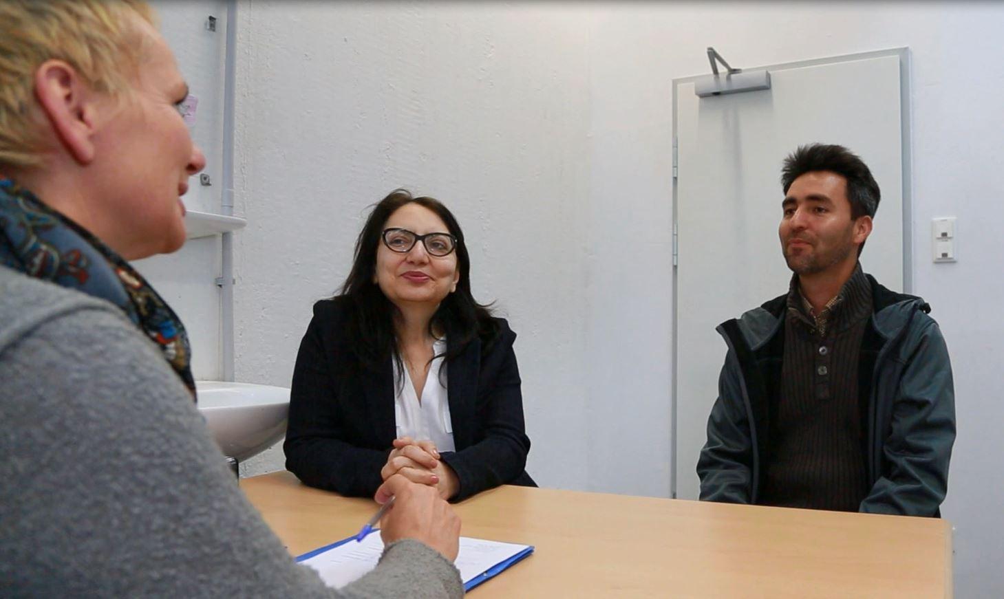 Psychiaterin, Dolmetscherin und Geflüchteter im Gespräch, München. Foto: Mike Yousaf