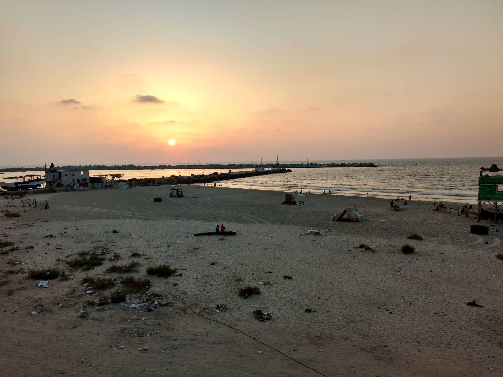 Die Kläranlagen sind stark eingeschränkt, deshalb landen täglich rund hundert Millionen Liter Abwasser im Meer. Einige Jugendliche lassen sich vom Baden jedoch nicht abhalten..