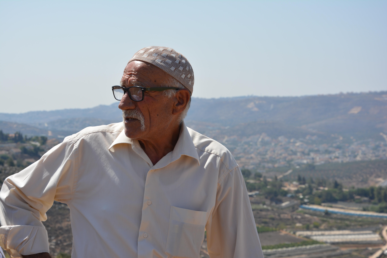 Ahmad Tafeh Abu Nijim vor seinem Land