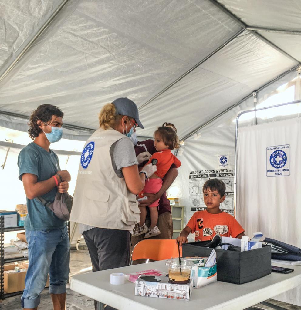 Eine Mitarbeiterin von Ärzte der Welt untersucht ein Kind. Foto: Yiannis Yiannakopoulos
