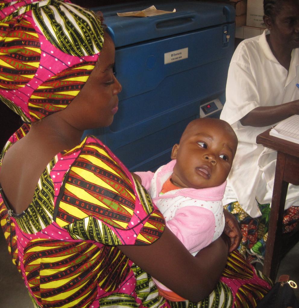 Junge Frau mit Ihrem Baby bei einer Untersuchung in einem von Ärzte der Welt unterstützten Gesundheitszentrum. Foto: Ärzte der Wel