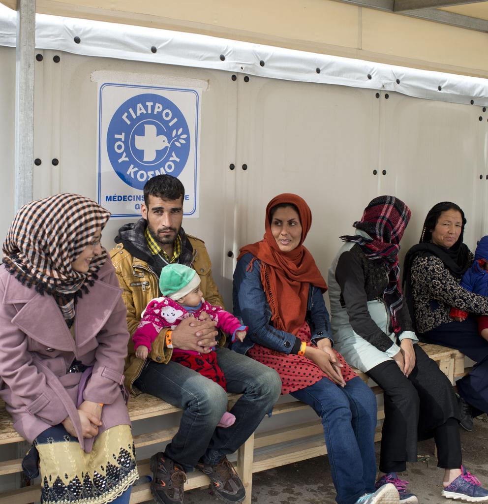 Geflüchtete warten vor Klinik in Chios