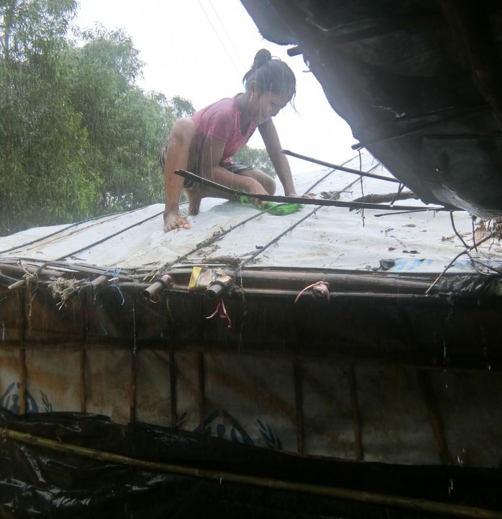Die Menschen im Camp versuchen, ihre Hütten vor dem Regen abzudichten. Foto: Ärzte der Welt