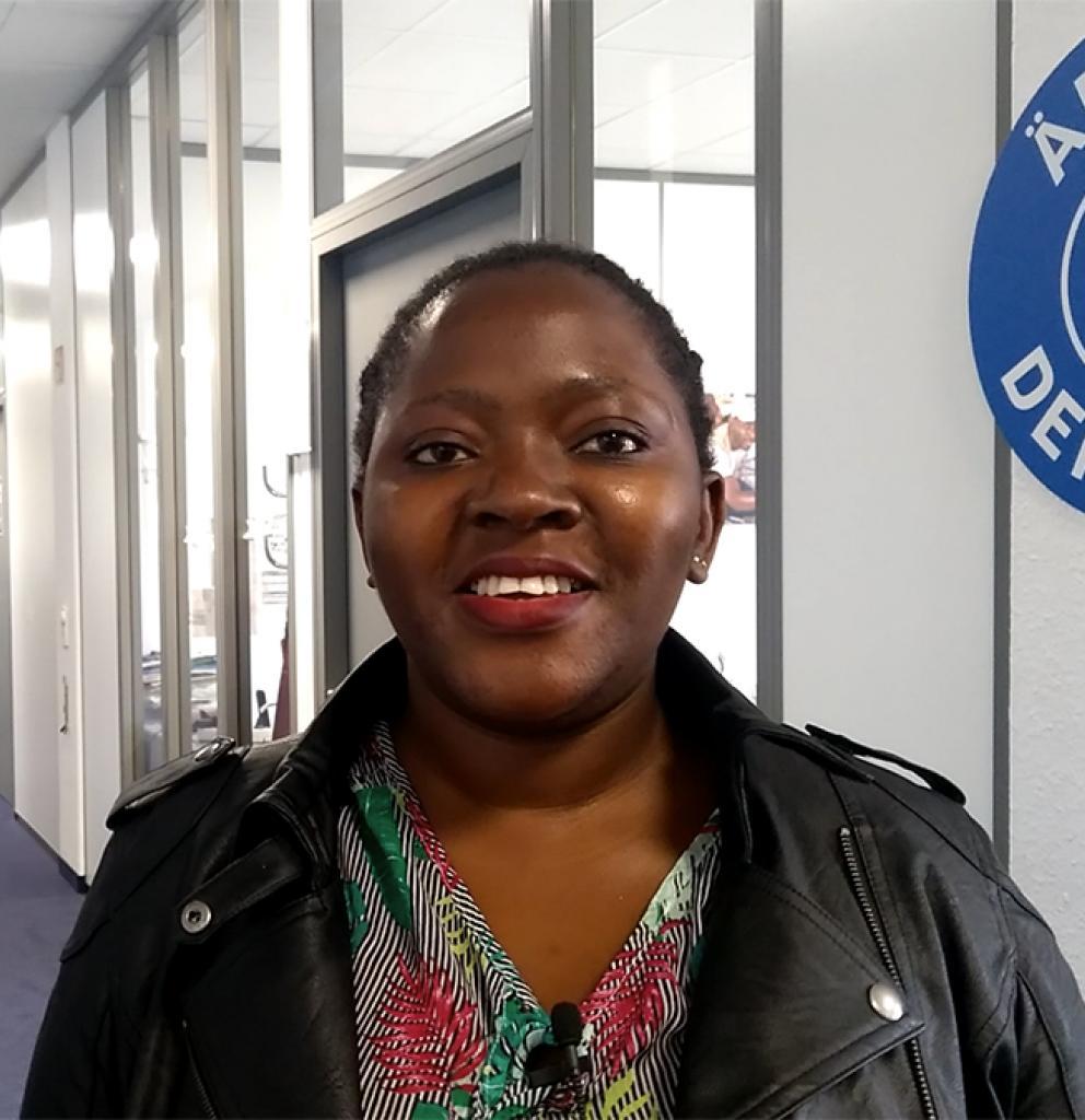 Eine der Multiplikatorinnen des Projekts in der Geschäftsstelle von Ärzte der Welt. Foto: Ärzte der Welt