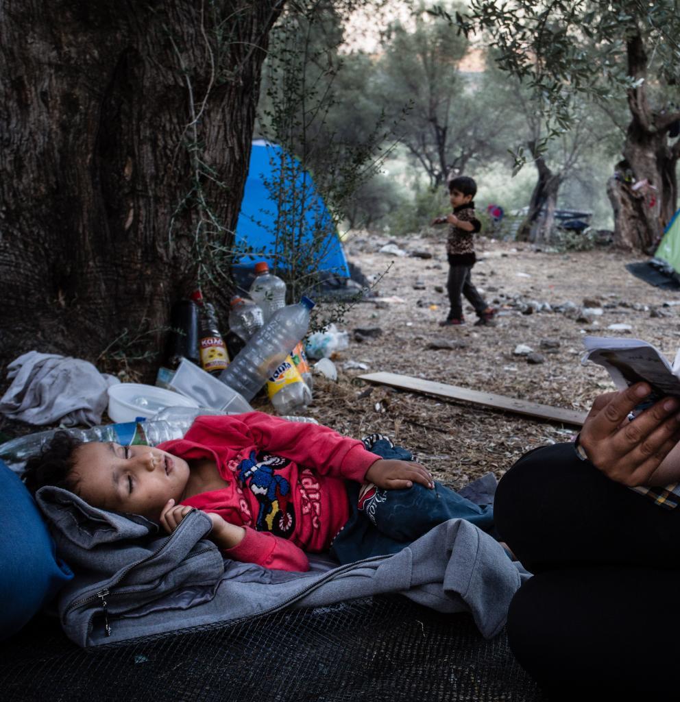 Eine Mutter und ihr Kind in einem Flüchtlingslage auf Lesbos. Foto: Kristof Vadino