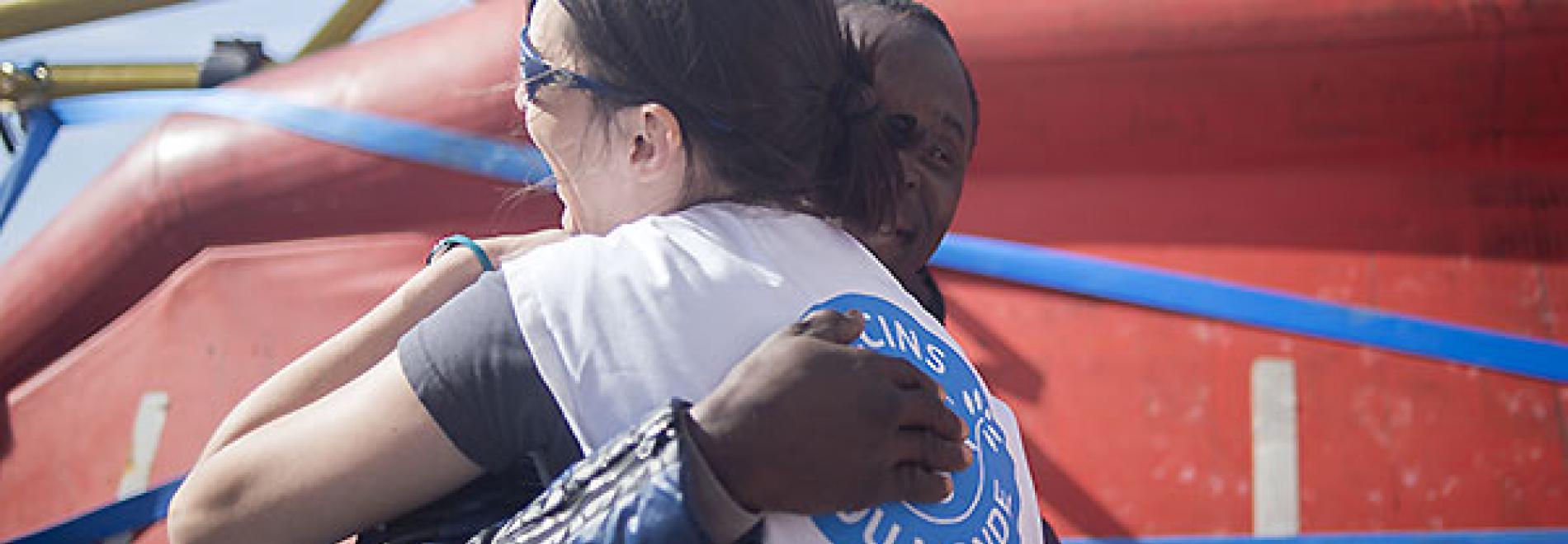 Après le sauvetage, certains rescapés laissent s'exprimer leur joie - ©Sinawi Medine