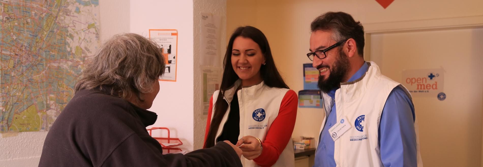 Ärzte der Welt Mitarbeiter/-in in der Münchner Praxis open.med. Foto: Mike Yousaf