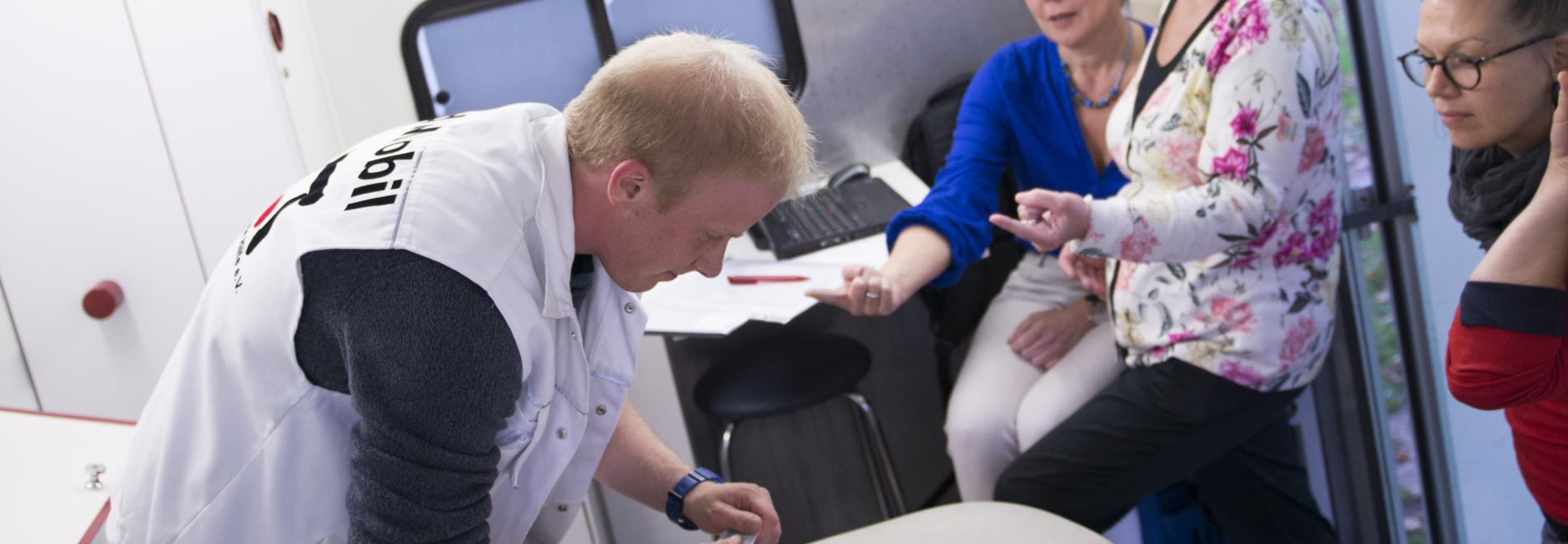 Projektrefrent Jakob Reineke bei der Arbeit im MedMobil. Foto: Ärzte der Welt