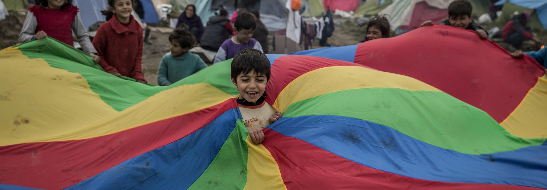 Kinder spielen in Flüchtlingscamp