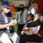 Eine Mitarbeiterin von Ärzte der Welt versorgt ein Kind auf der Insel Lesbos. Foto: Yiannis Yiannakopoulos