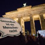 Protest vor dem Brandenburger Tor. Foto: Walter Wetzler