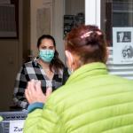 Patient*innen von open.med Hamburg werden durch das Fenster der Anlaufstelle versorgt. Foto: Bente Stachowske