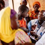 Ein Ärzte der Welt Mitarbeiter behandelt einen Jungen in Uganda, © Sébastien Duijndam