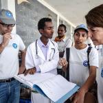 Ärzte der Welt-Mitarbeiter besprechen sich mit dem Personal eines Gesundheitszentrums in Äthiopien. Foto: Quentin Top