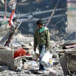 Ein junger Mann läuft über Trümmerfeld im Jemen. Foto: AFP