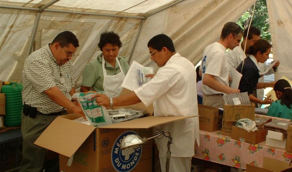 Helfer von Ärzte der Welt nehmen medizinisches Material in Empfang. Foto: Ärzte der Welt