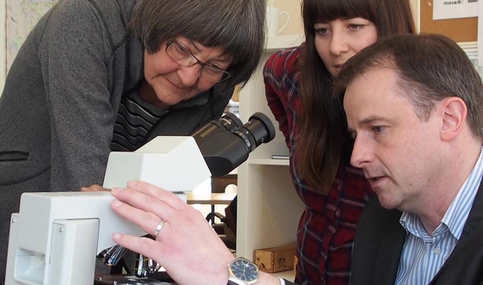 Übergabe des Mikroskops von Olympus Europa