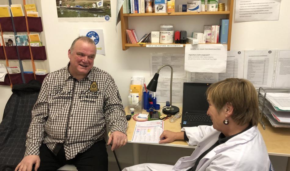 Ein Patient im Gespräch mit einer Ärztin in der open.med-Praxis