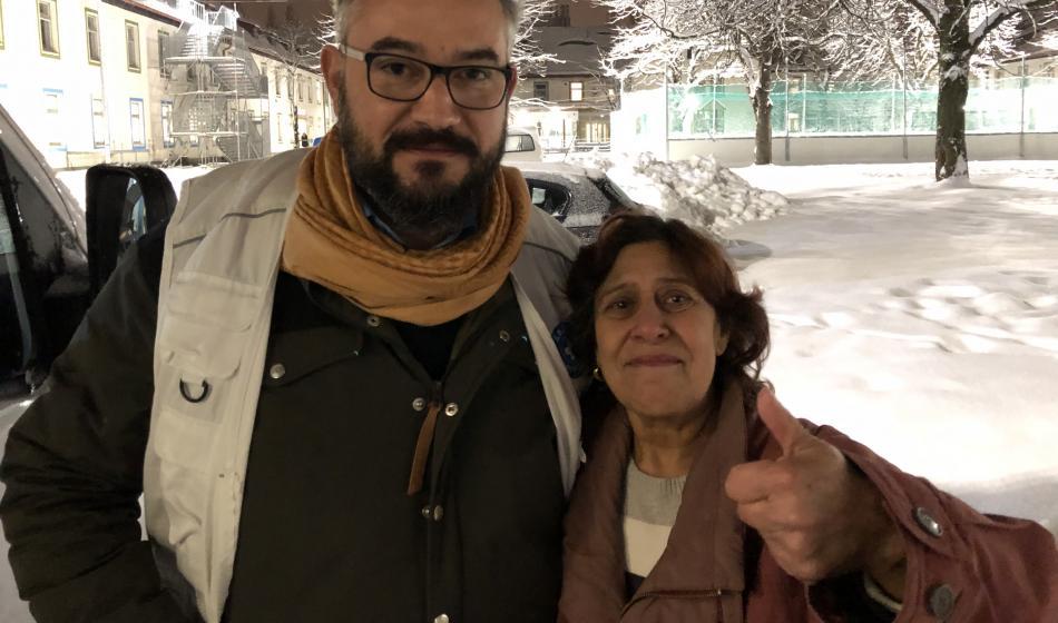 Eine bulgarische Patientin und ein Mitarbeiter von Ärzte der Welt
