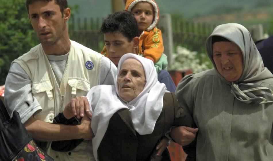Kosovo: Eine ältere Frau wird zur Gesundheitsstation von Ärzte der Welt transportiert. Foto: Gilbert Poitiers