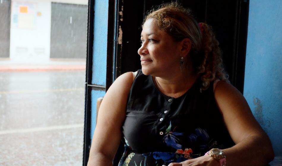 Liseth R. sitzt am Fenster in Ihrer Wohnung. Foto: Nadja Massun