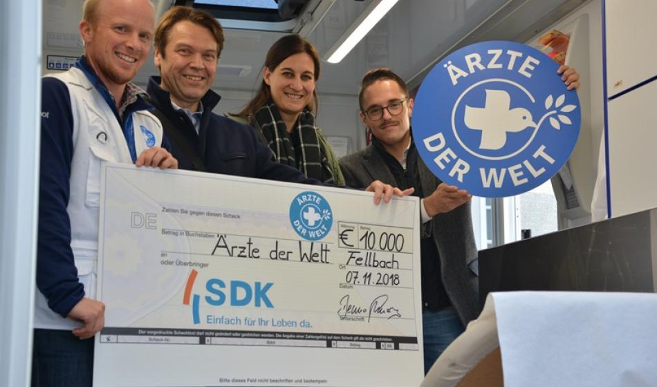 SDK-Stiftung übergibt Spendenscheck an Ärzte der Welt.