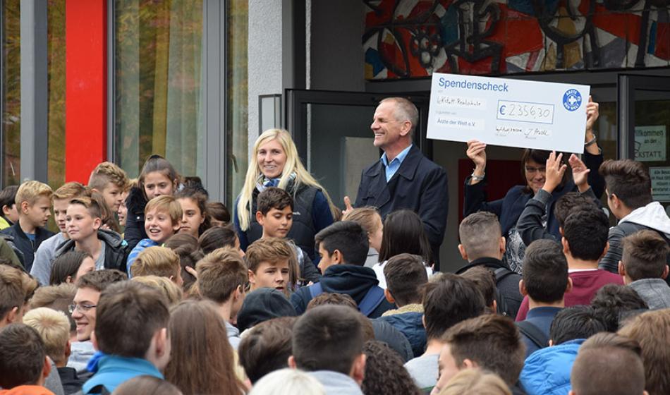 Scheckübergabe. Foto: Freiherr-von-Ickstatt-Realschule