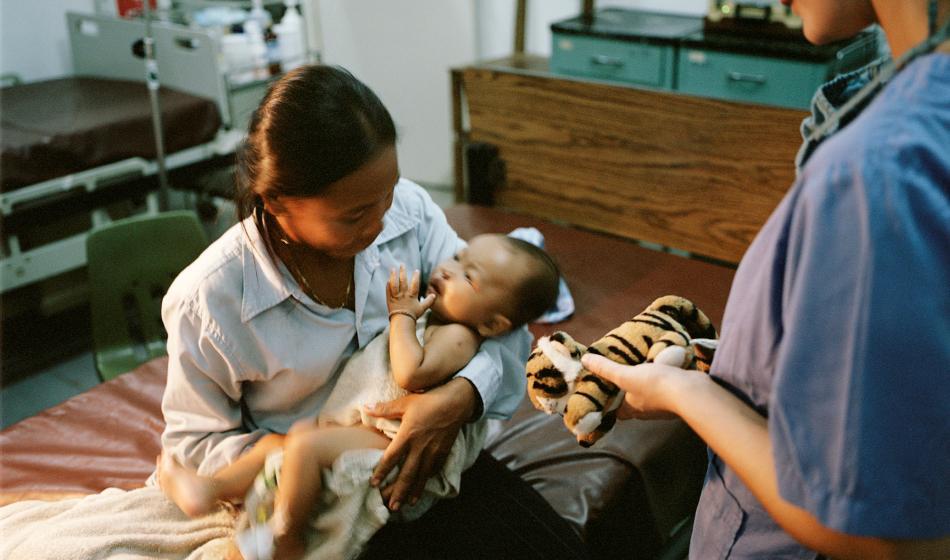 Eine Ärztin untersucht eine Mutter und ihr Kind. Foto: Ärzte der Welt