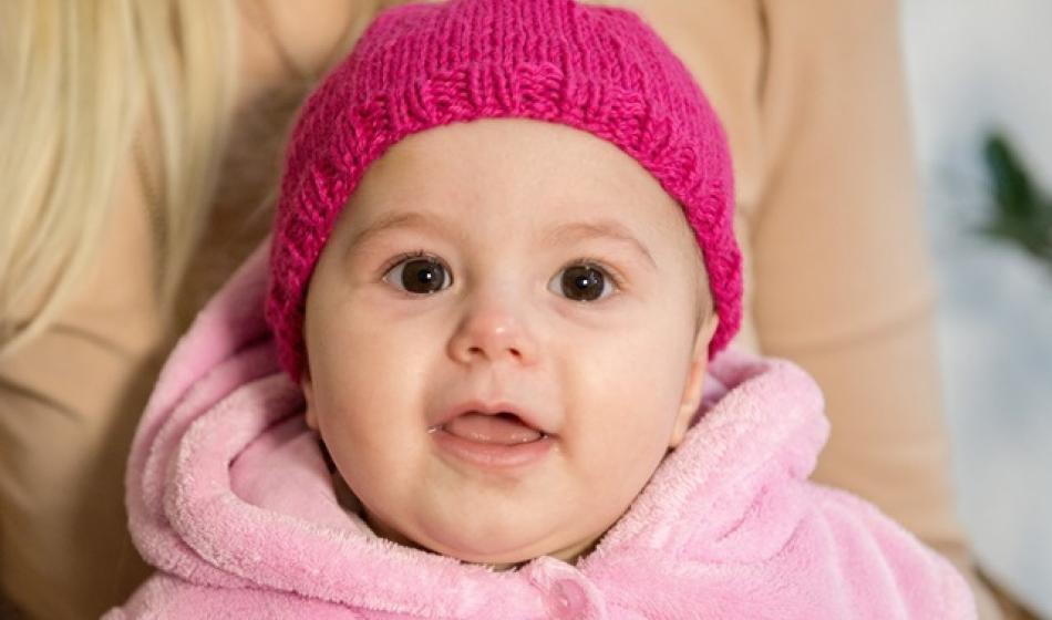 Baby mit Strickmütze