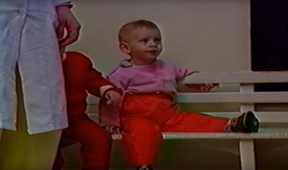 Nach dem Sturz des Diktators Ceausescu in Rumänien versorgt Ärzte der Welt Waisenkinder.